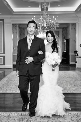 Bride walks down the aisle at Old Warson Country Club | St. Louis Weddings by Events Luxe