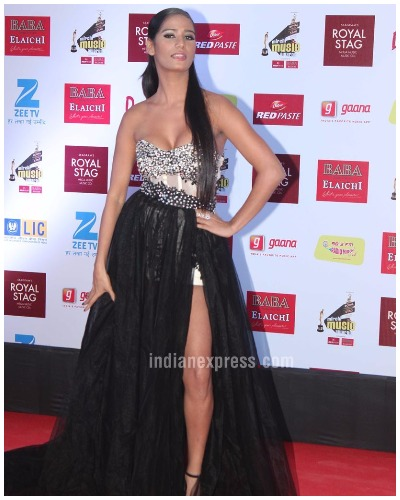 Poonam Pandey Best Dressed Bollywood Actors at Mirchi Music Awards 2017