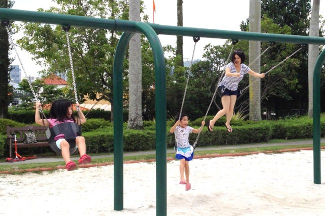girls_on_swings