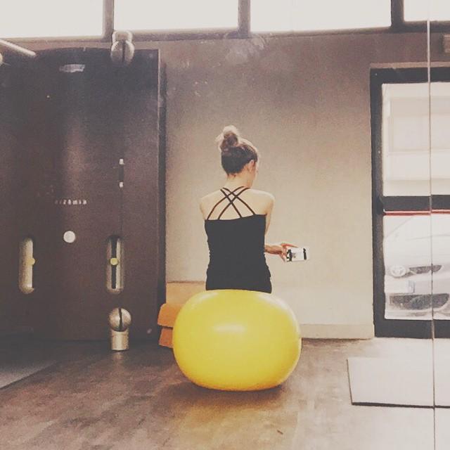 L'unica cosa colorata del lunedì mattina: la palla per le addominali  le gioie della palestra, ahahah! :P #gym #gymtime