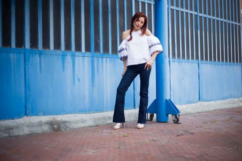 outfit pantaloni a zampa e top bianco