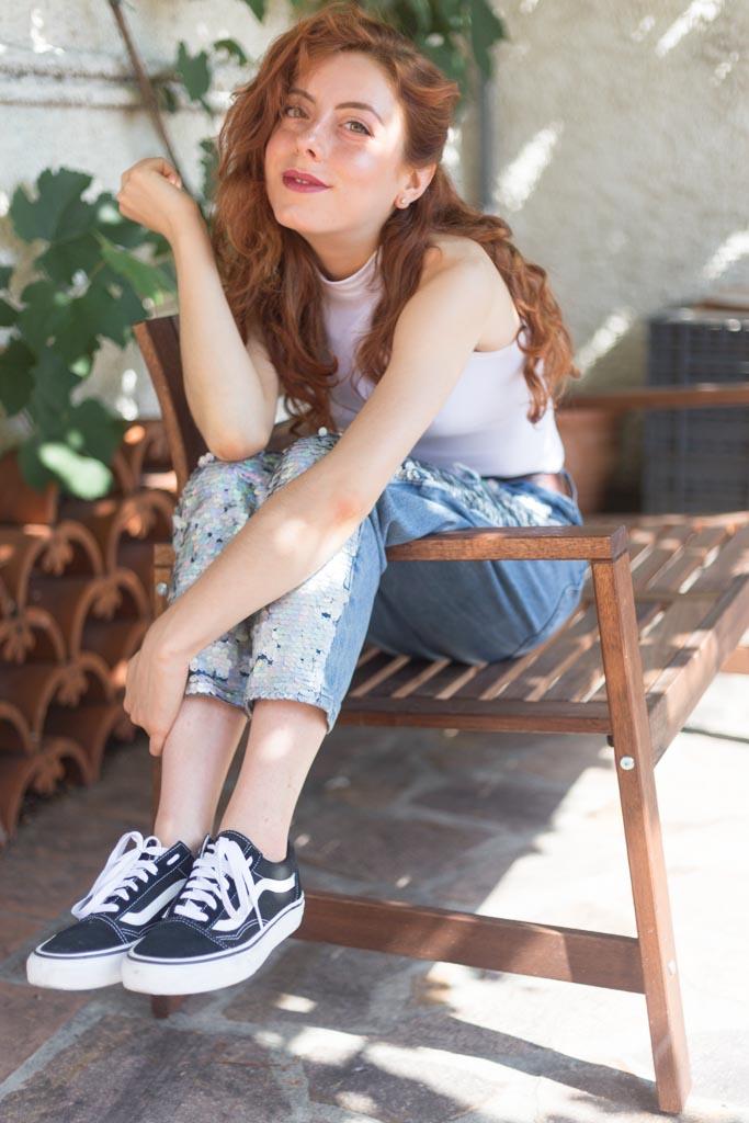 outfit MOM jeans con paillettes olografiche
