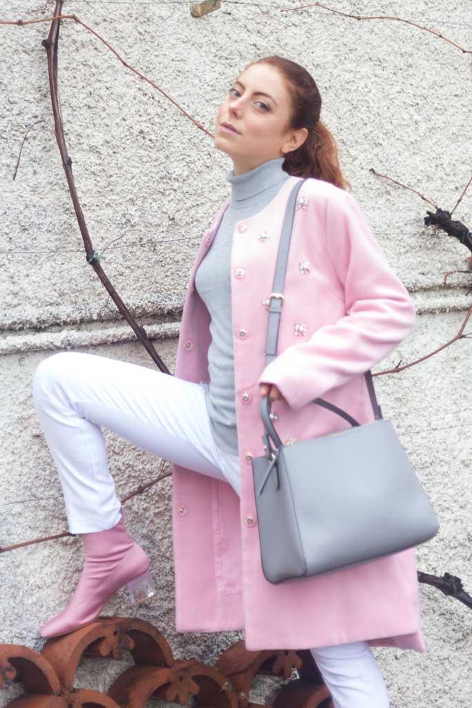 cappotto rosa con applicazioni gioiello