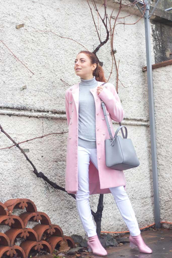 Outfit Cappotto rosa con applicazioni: un outfit MINIMAL a tre colori