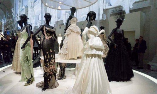 La mostra di Dior a Parigi, l'alta moda al Musée Des Arts Décoratifs