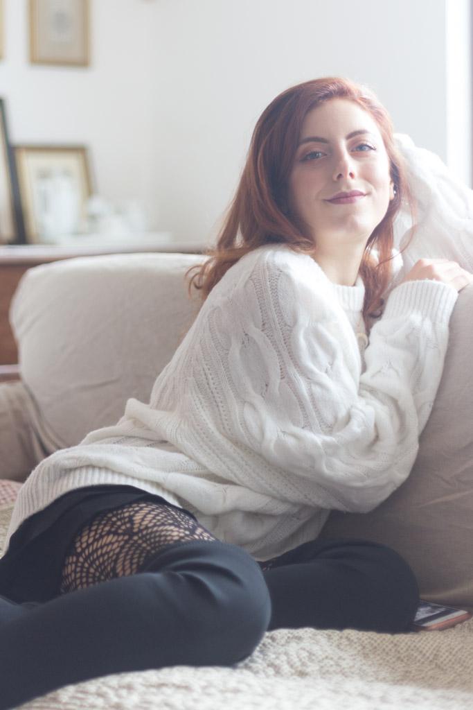 Maglione bianco oversize calze di pizzo