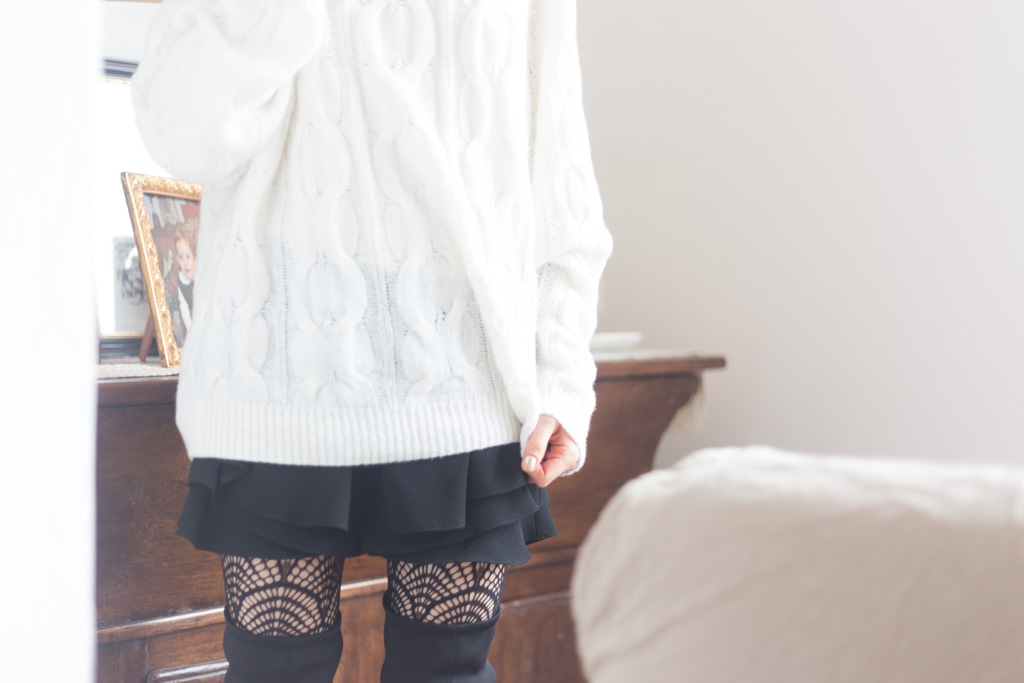 Maglione bianco oversize e minigonna