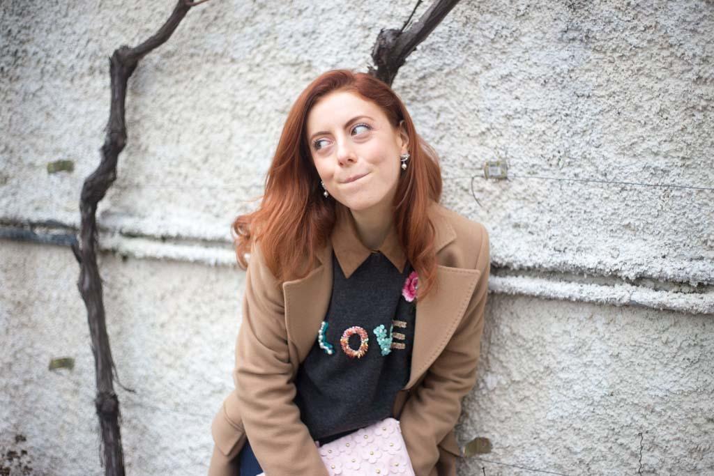 maglione con scritta LOVE-6