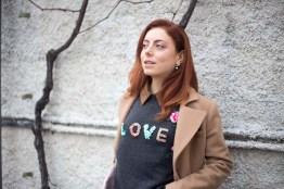 maglione con scritta LOVE-7