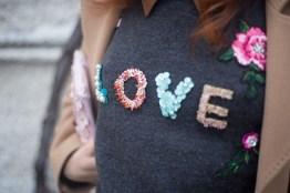 maglione con scritta LOVE-8