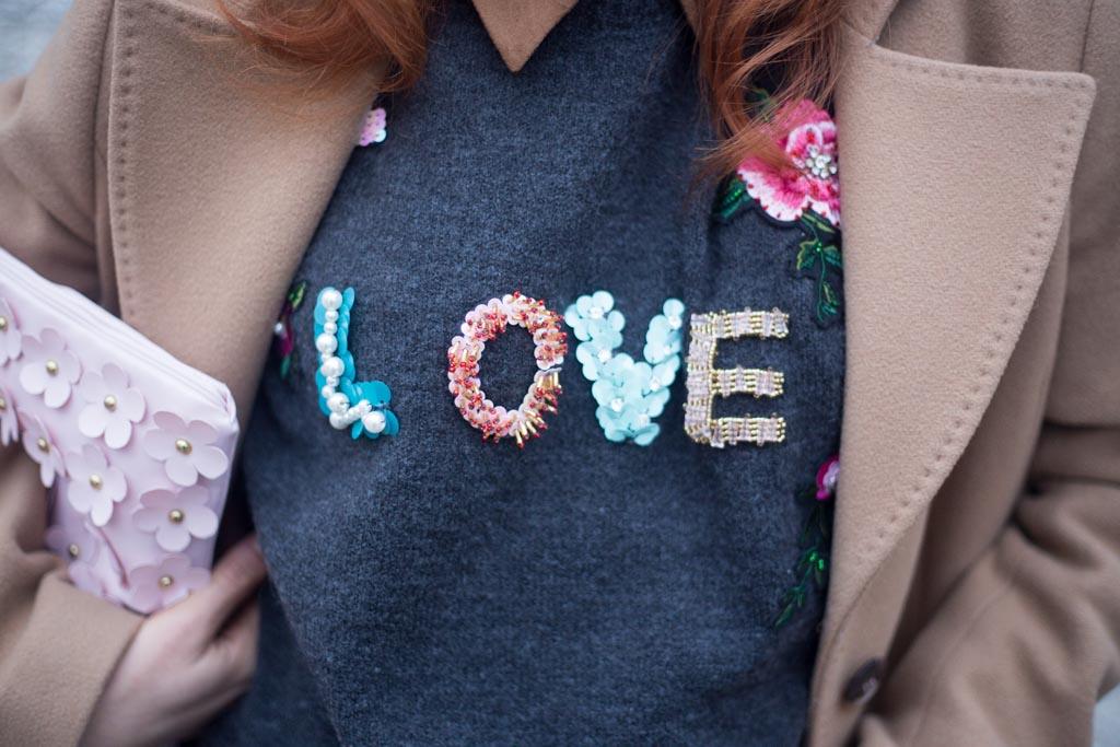 maglione con scritta LOVE-9