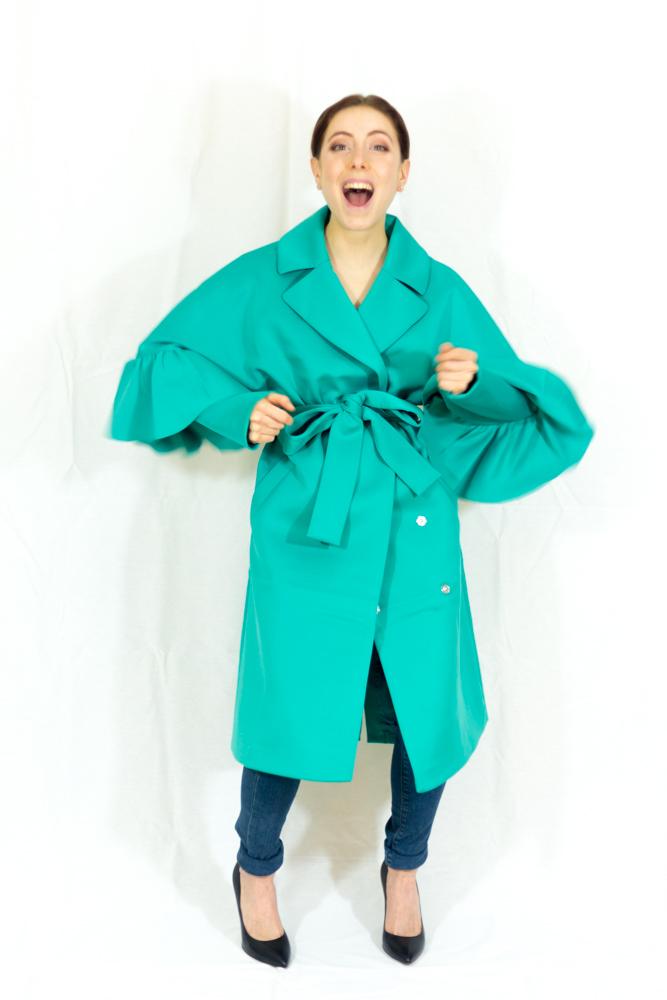 cappotto verde primaverile con maniche a volant