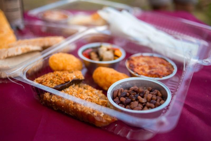 pic nic box vegetariana con fagioli, melanzane alla parmigiana e verdure gratinate