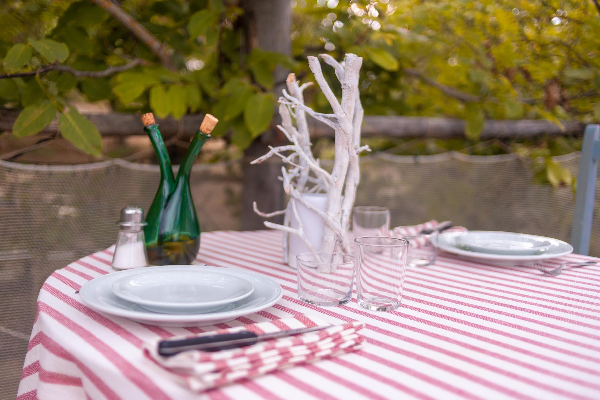 tavolo apparecchiato per la cena sull'albero