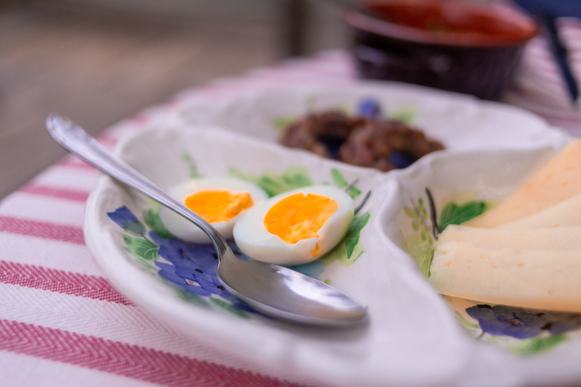 uovo sodo bio con formaggi e salsicce