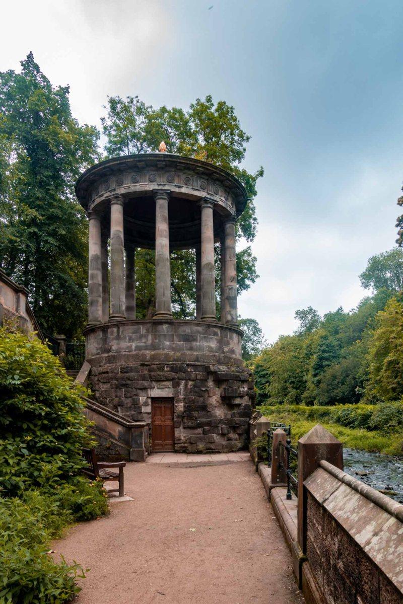 St Bernard's Well lungo la passeggiata per il dean village