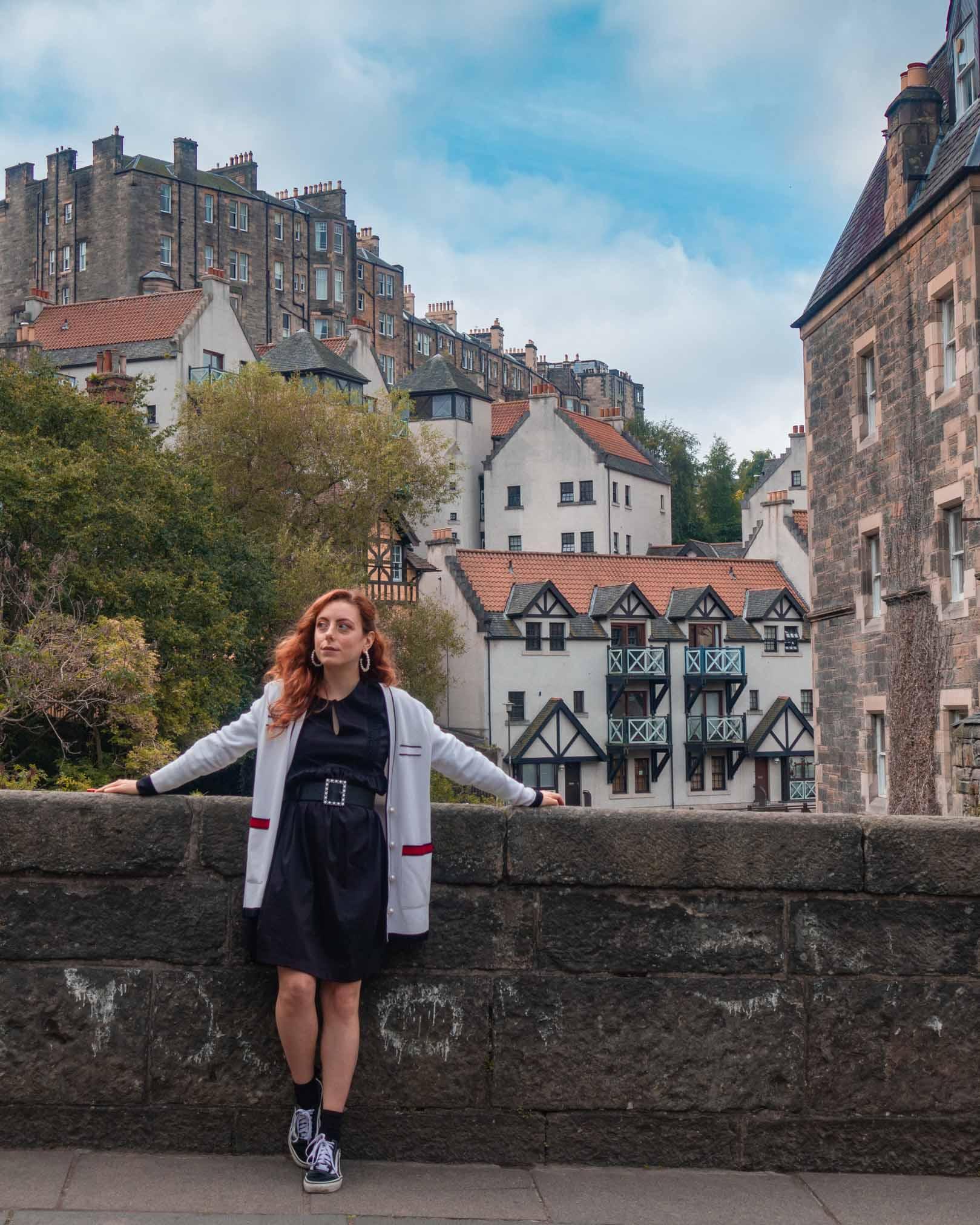 Francesca appoggiata sul ponte del dean village