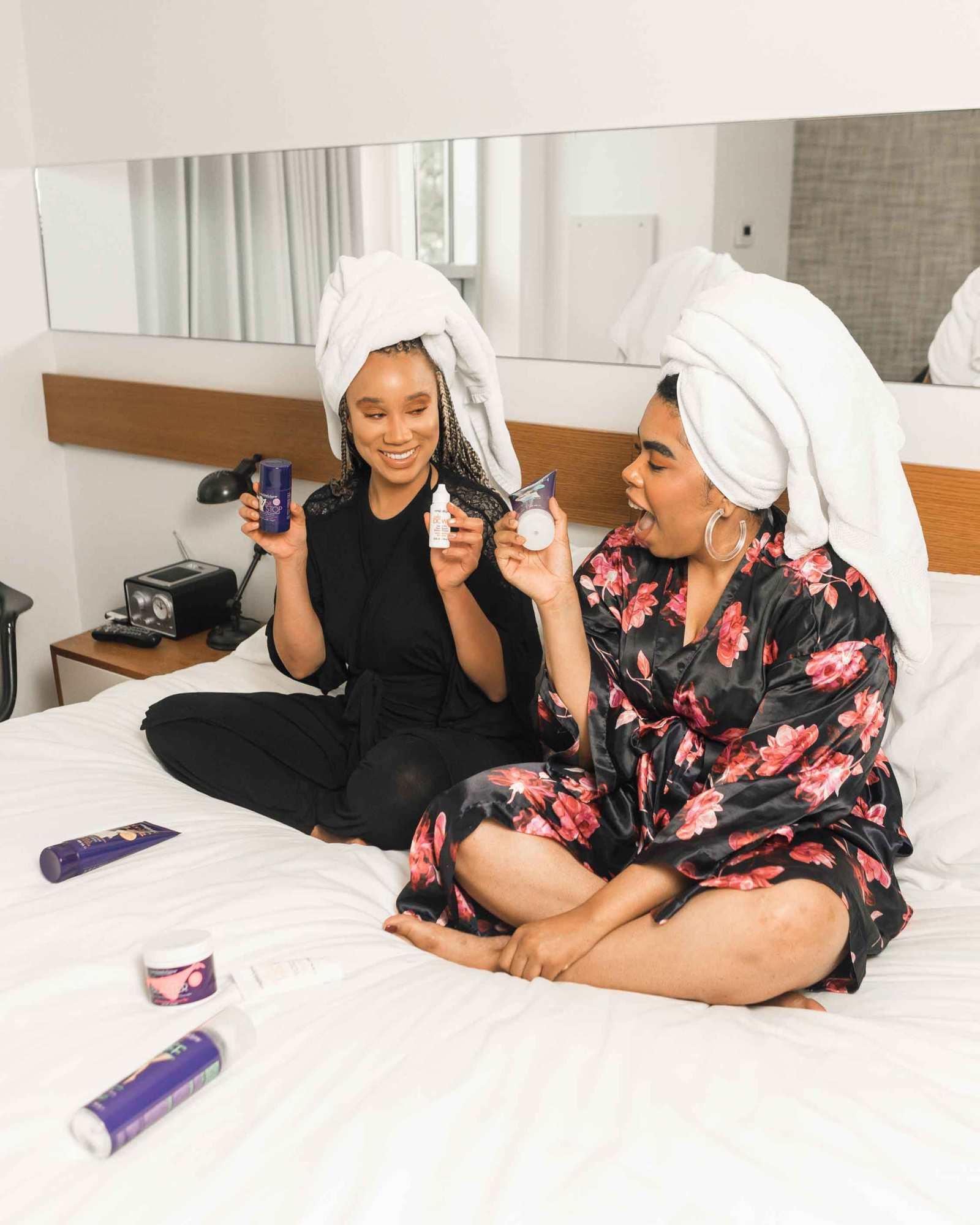 due ragazze sul letto che si preparano a provare delle maschere per il viso