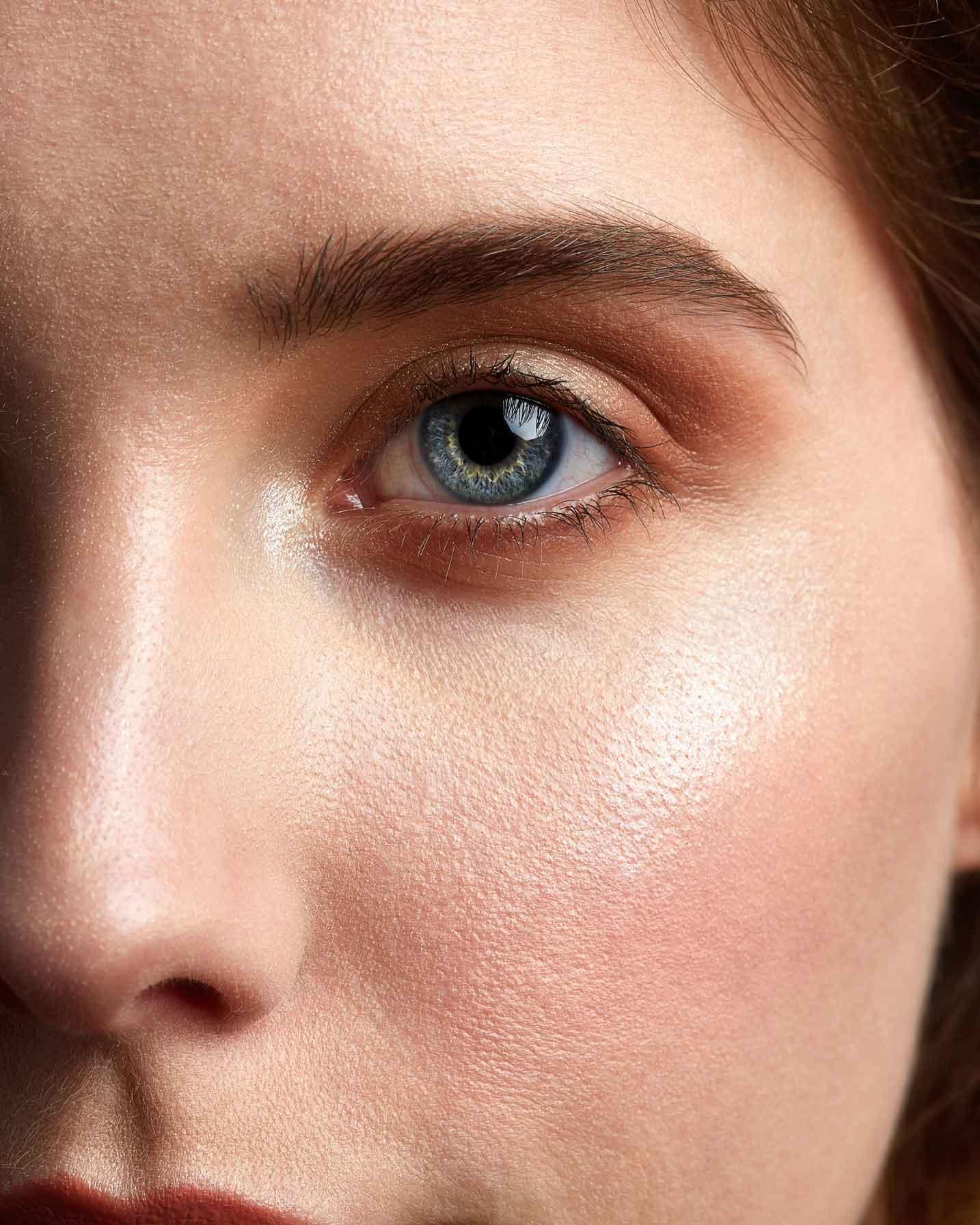 foto di una ragazza con gli occhi celesti e la pelle perfetta