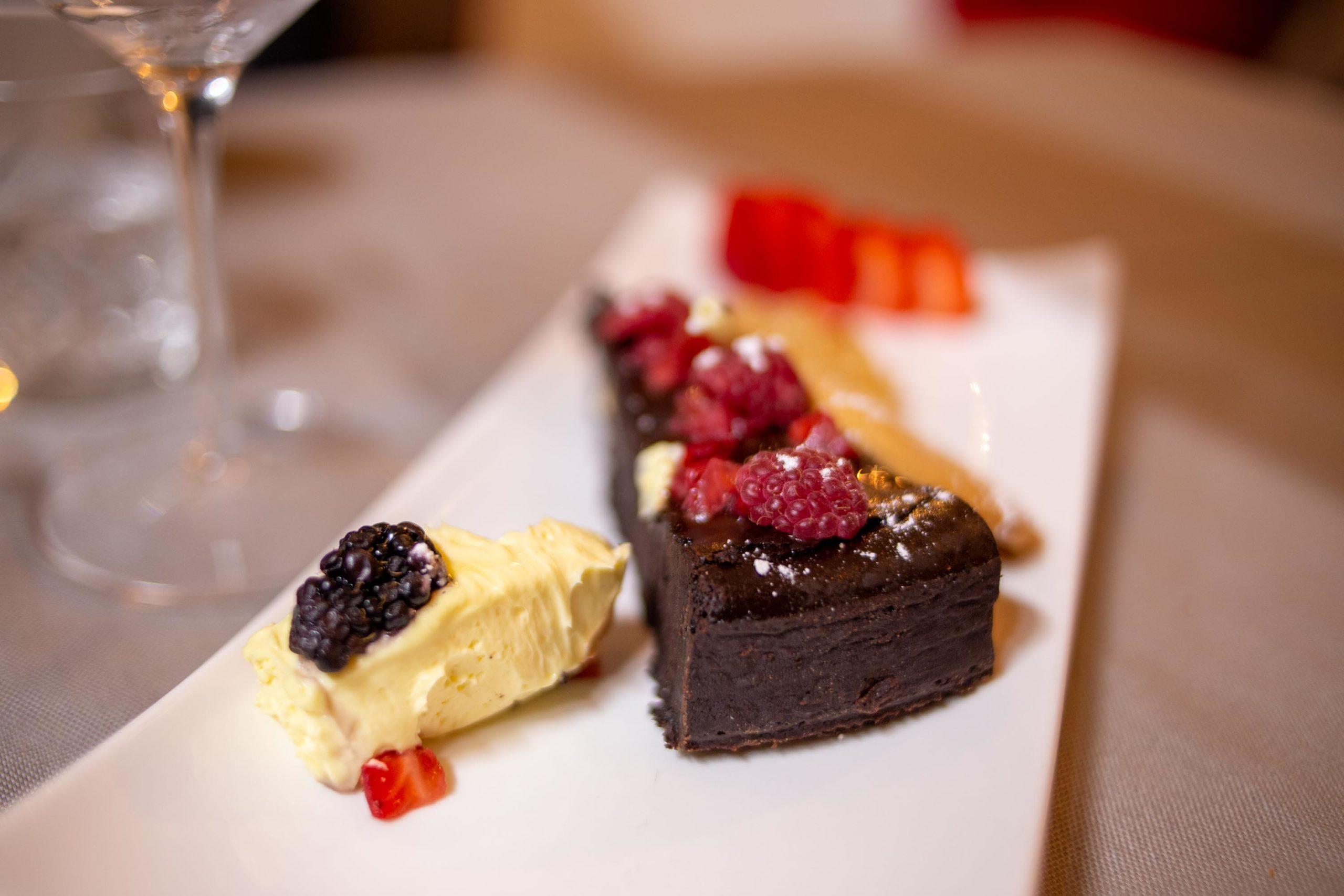 torta al cioccolato fondente con frutti rossi
