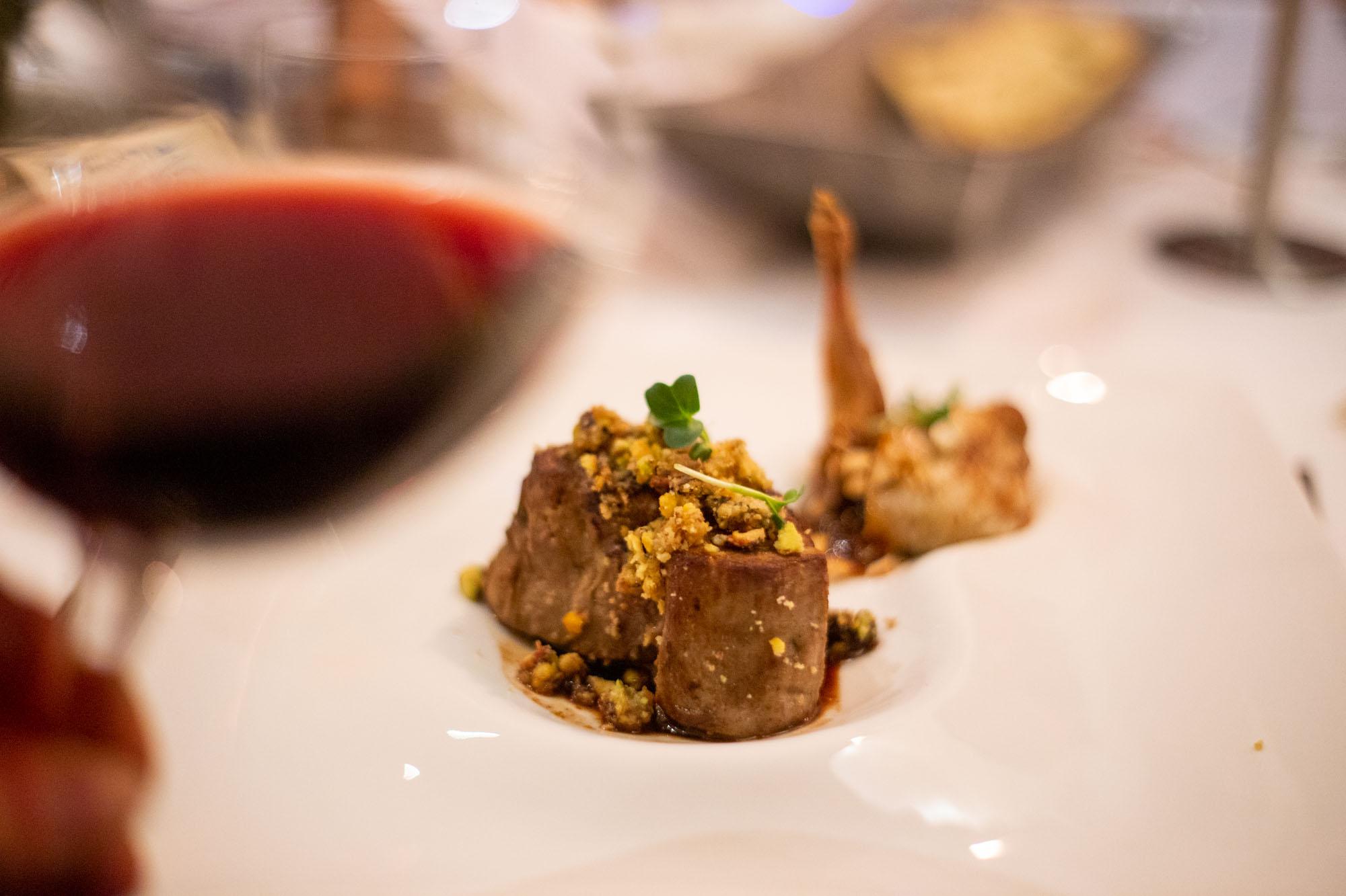 secondi piatti quaglia con bietole al vapore, anacardi e salsa orientale