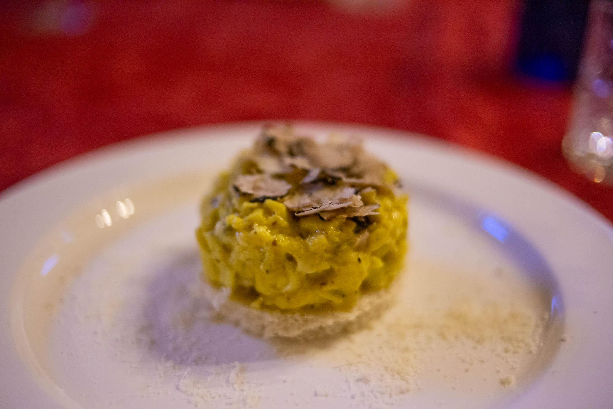 degustare un piatto di pasta al tartufo