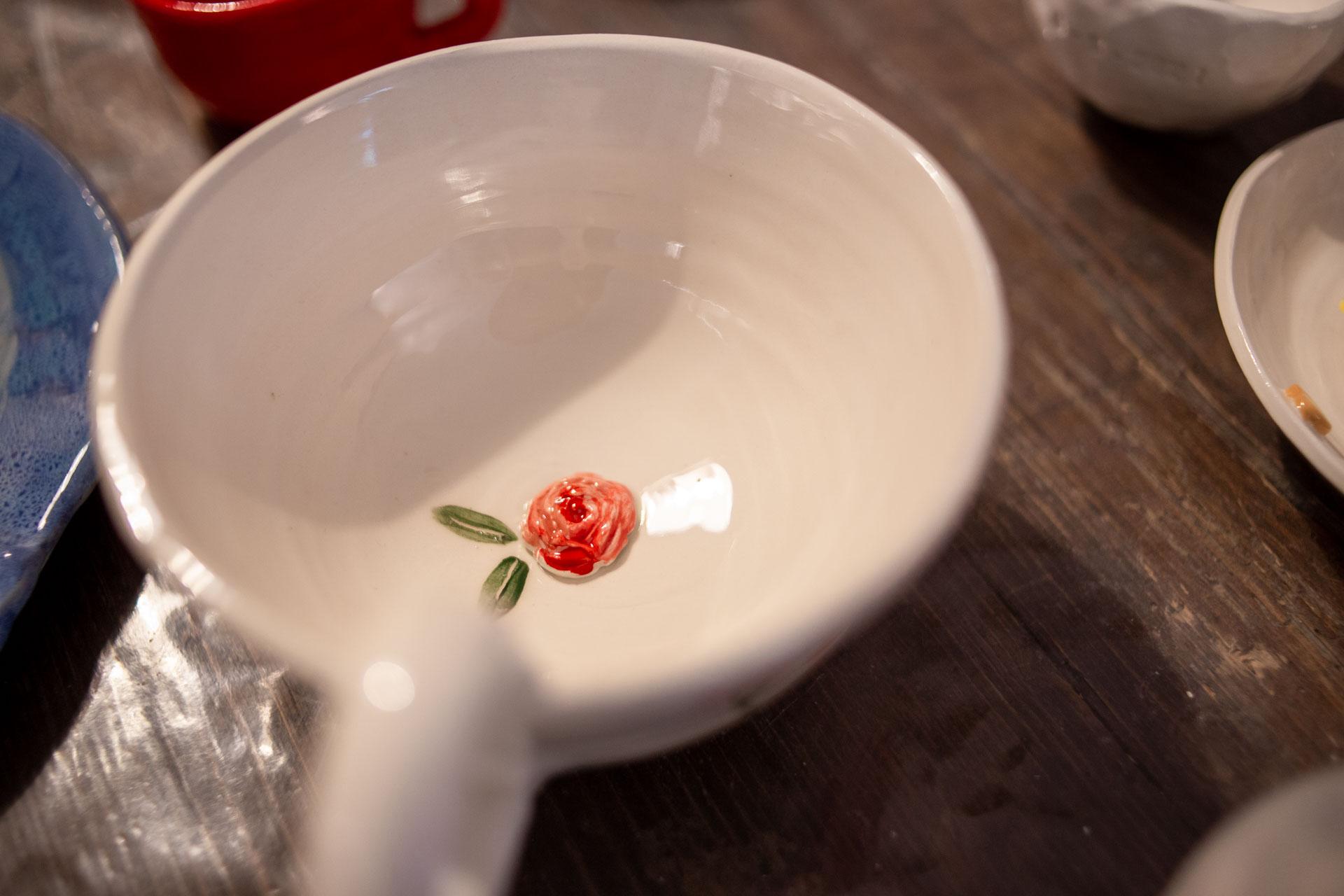 particolare di un piatto in ceramica de il fiore d'argilla