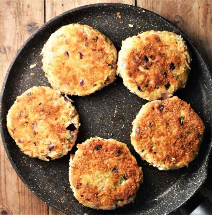 5 crispy breaded chicken burgers in large pan.