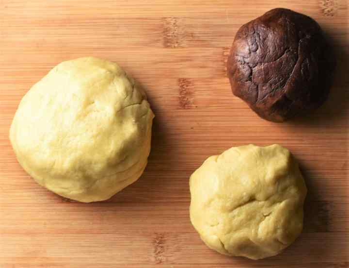 3 dough balls including 1 with cocoa.