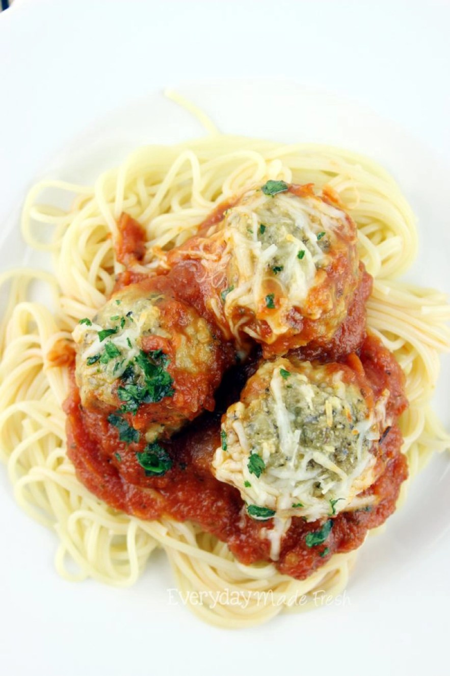 Love Chicken Parm, but hate the length of time it takes to make, and the mess it creates? These Chicken Parmesan Meatballs are the answer! Simple, quick, and oh so tasty! | EverydayMadeFresh.com