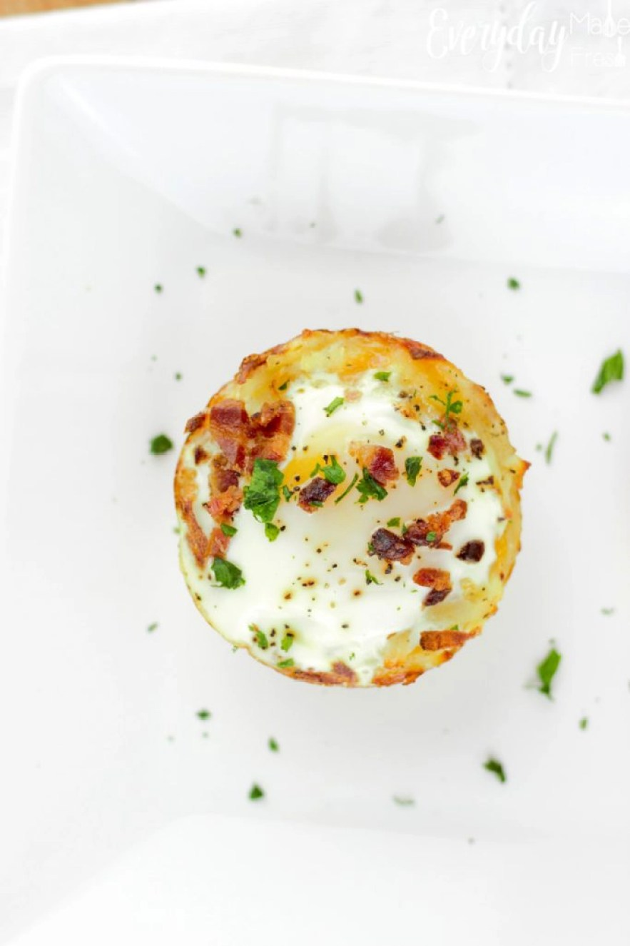When your short on time these Egg Topped Hashbrown Cups are the perfect go-to breakfast. Crispy and cheesy hashbrowns on the bottom, topped with a perfectly cooked egg, baked in the oven, you'll not only save time, but also clean-up.  #hellohandsome #pastureraised #handsomebrookfarm   EverydayMadeFresh.com