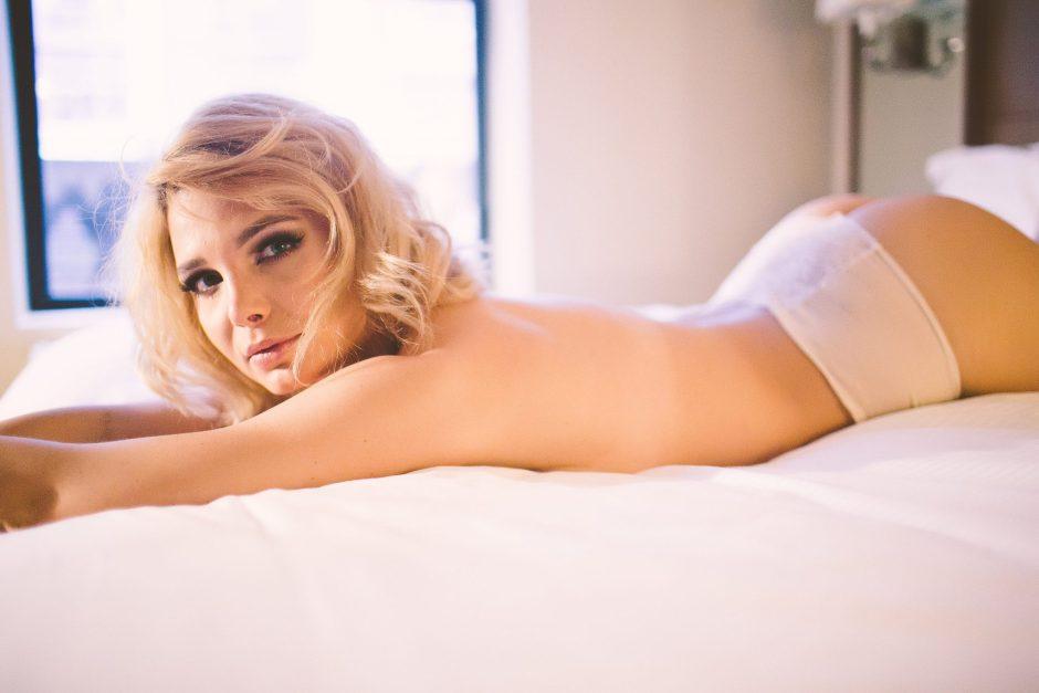 A model posing for a boudoir session