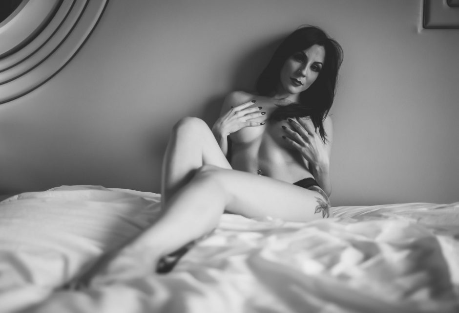 Nude photography model in a NYC hotel