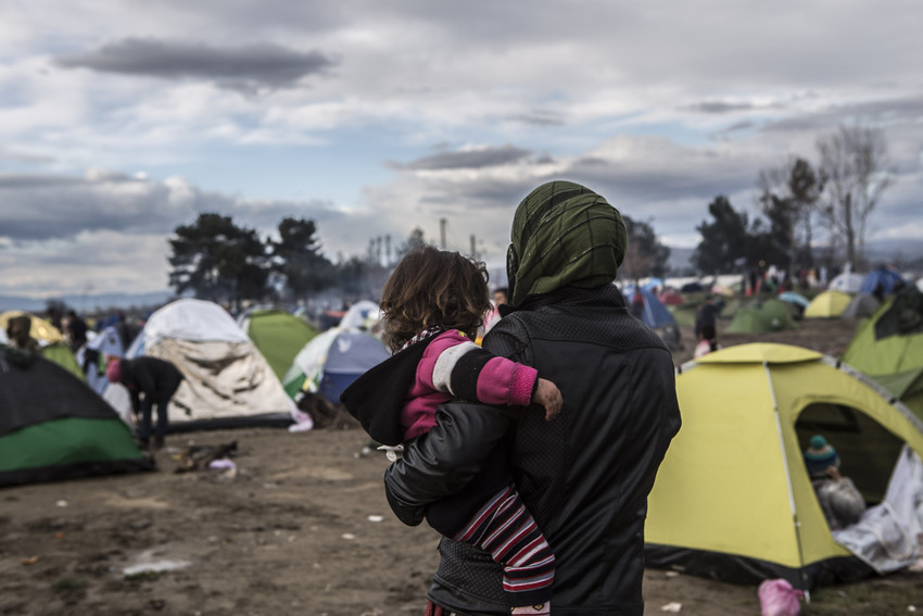 A woman with her child in Idomeni camp.