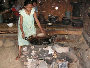 ibu yang memasak nira menjadi gula aren