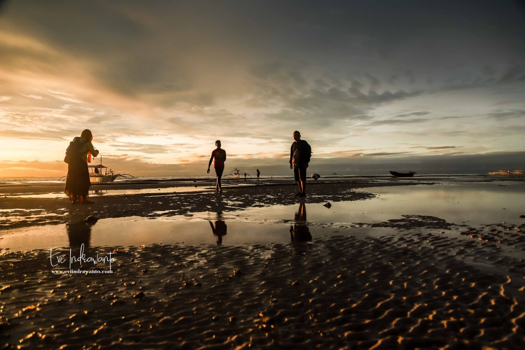 Foto matahari terbit di Pantai Pasir Putih Bohol Filipina