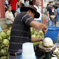 menikmati kelapa muda di jonker walk