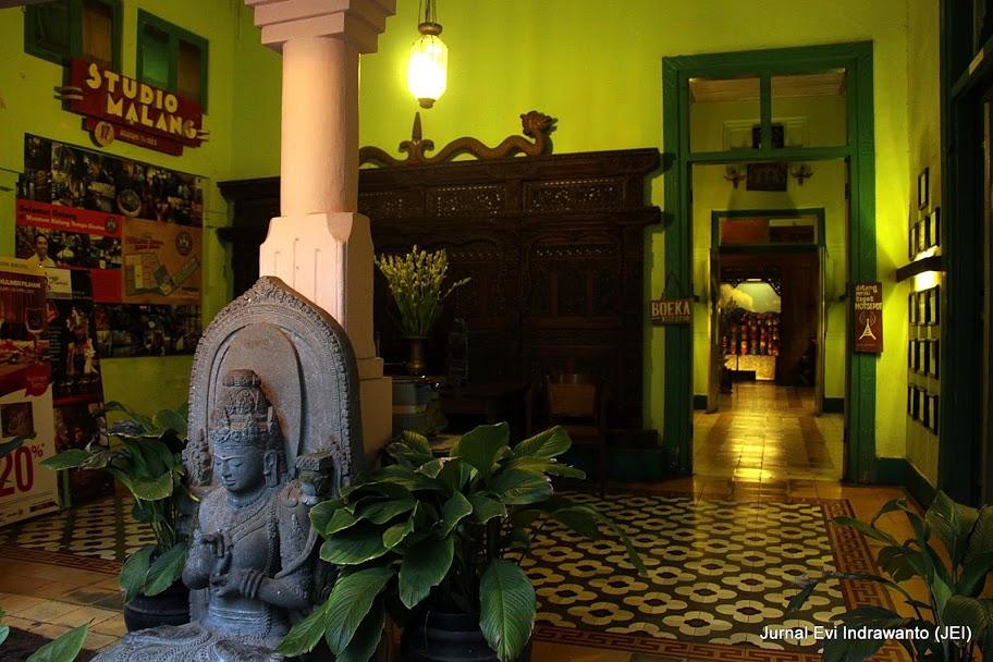 Lobby Rmah Makan Inggil, resto berkonsep museum  di malang