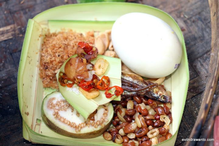 Canang Sari berisi makanan yang berasal dari darat dan laut