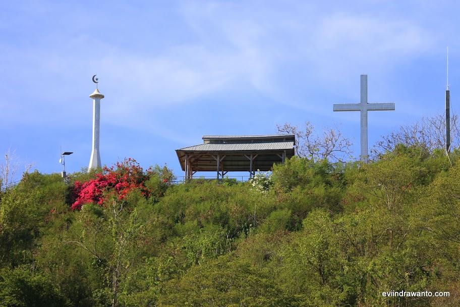 Bulan- Bintang dan Salib di puncak Bukit Harapan