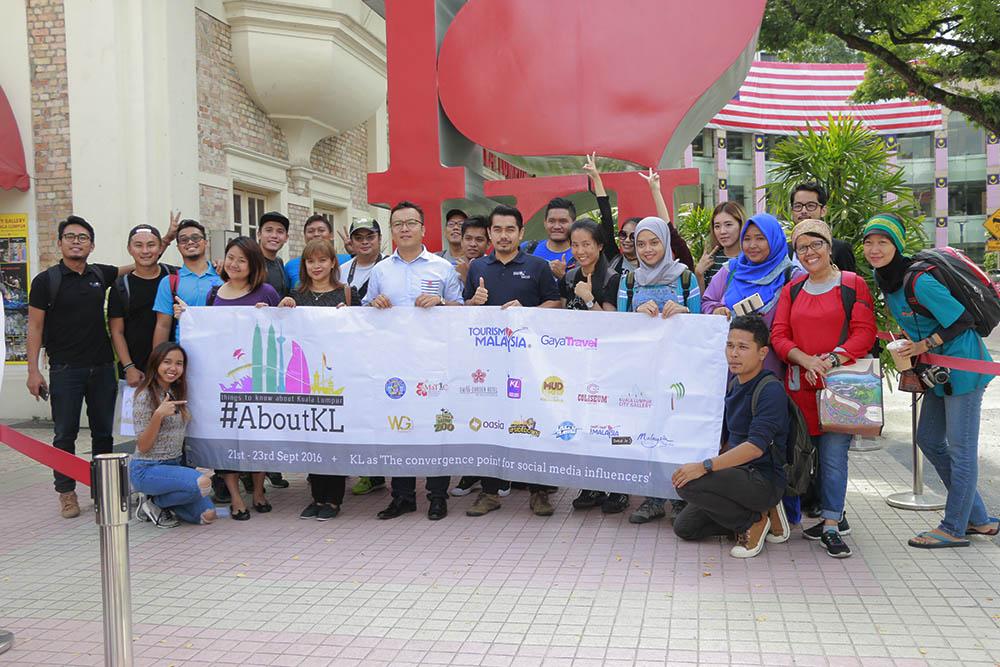 Foto keluarga About KL di muka Galeri Kuala Lumpur
