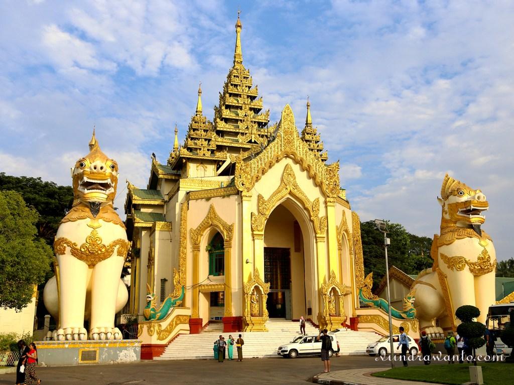 Gerbang Museum Shwedagon di Yangon Mynamar