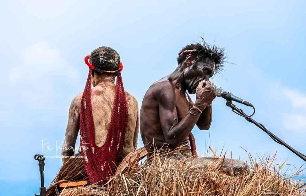 Memetik Pikon alat musik tradisional Papua