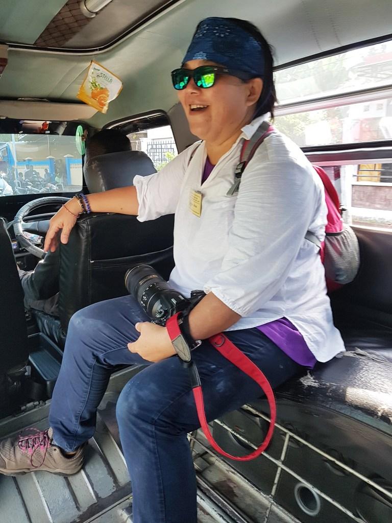 Bahagianya Turis Naik Angkot