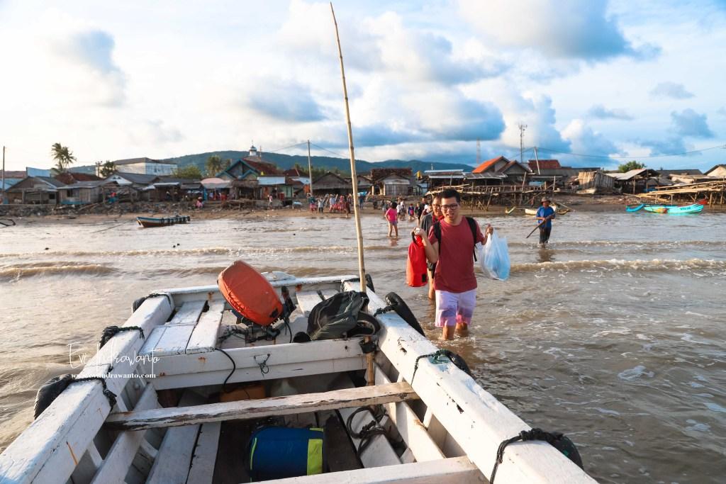 Naik ojek perahu untuk trip ke Ujung Kulon