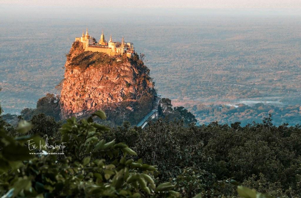 Biara Taungkalat dan lembah di sekelilingnya