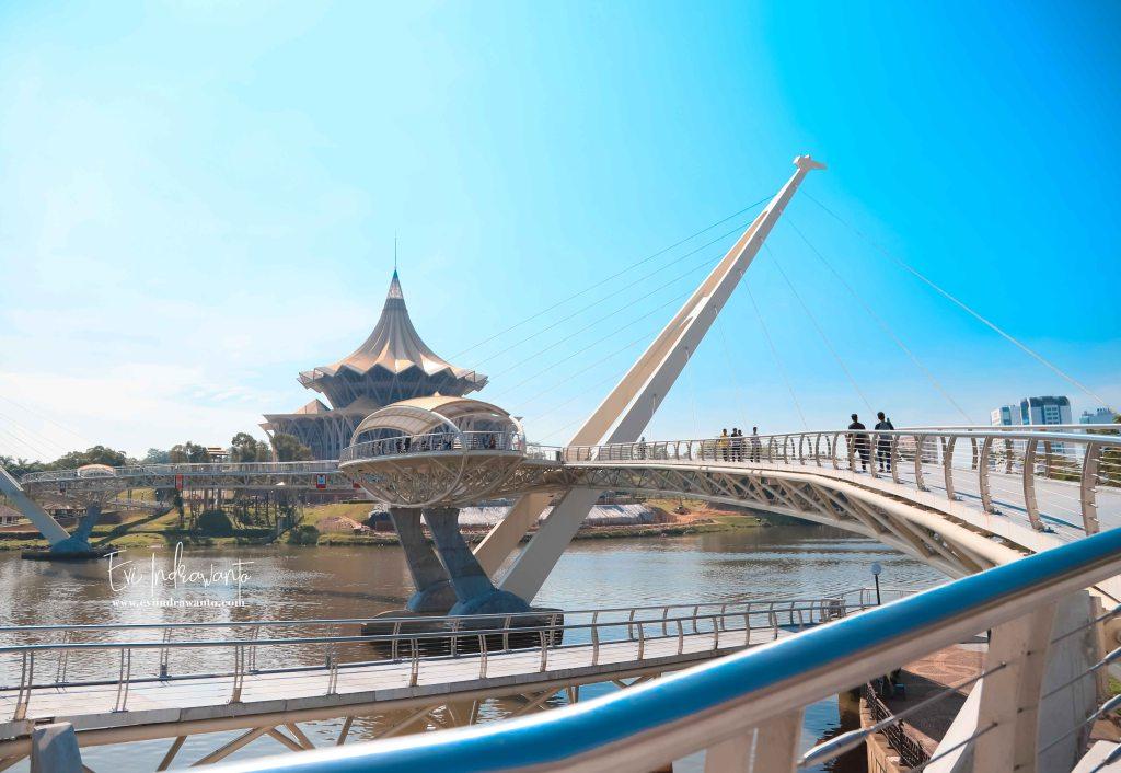 Siang yang terik di Jembatan Darul Hana