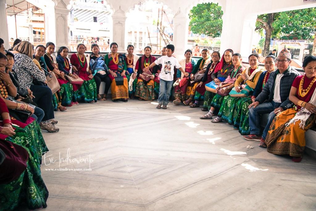 Para ibu yang hendak beribadah ke kuil Gua Mahendra