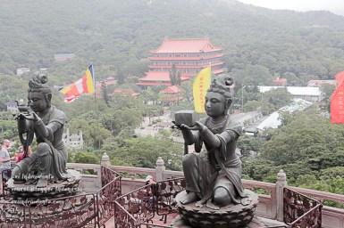 Patung-patung yang sedang membuat persembahan kepada Budha