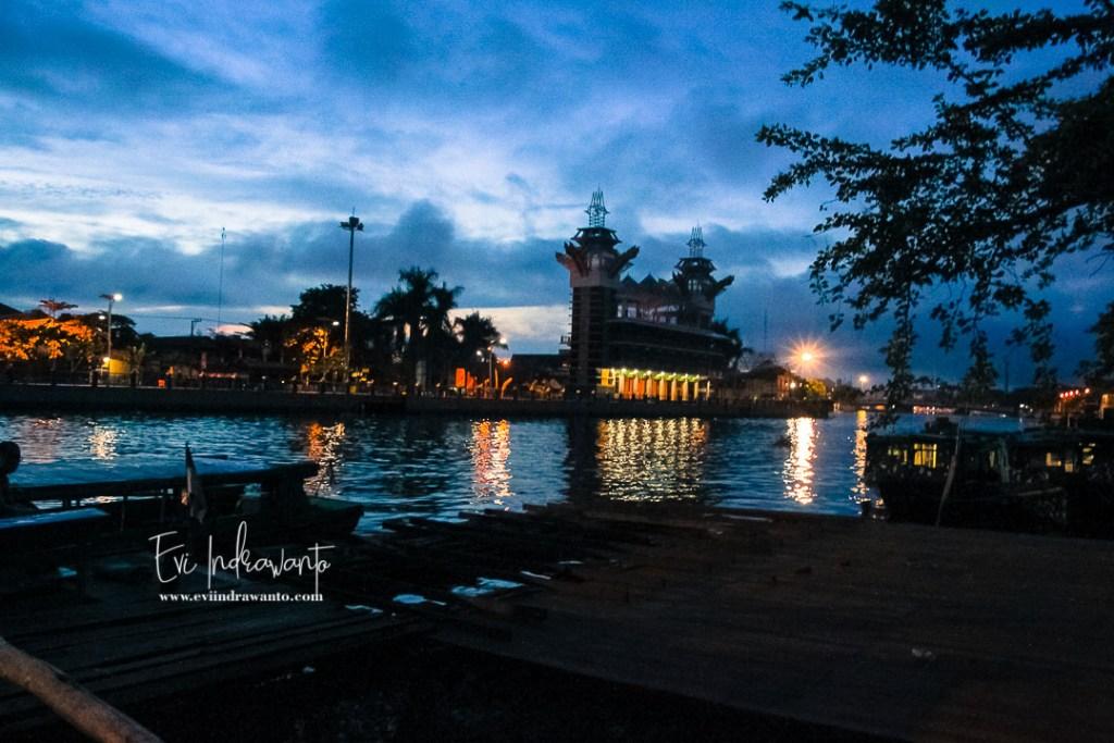 Menara Pandang Siring Sungai Martapura di waktu subuh